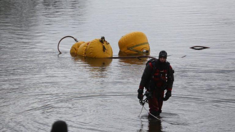 غواصان آتش نشانی در حال بازیابی اتومبیل ها از حوضچه معدن كالسدورف هستند