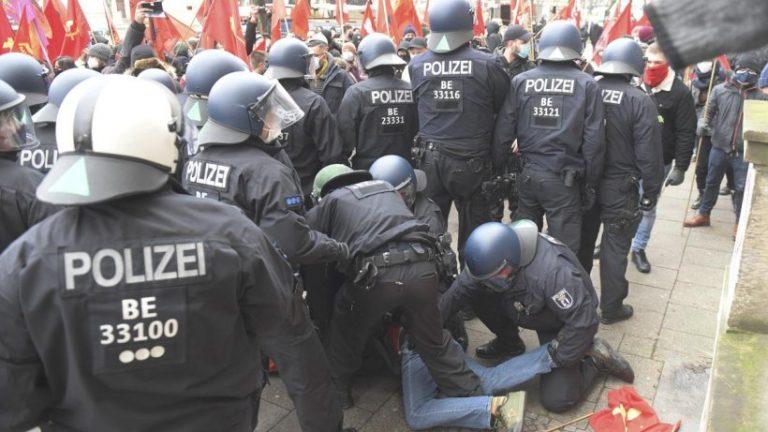 17 افسر پلیس در تظاهرات در یادبود لوکزامبورگ-لیبکنشت زخمی شدند