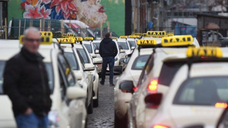 کرونا: صف های تاکسی در مرکز واکسیناسیون آرنا در برلین-ترپتو